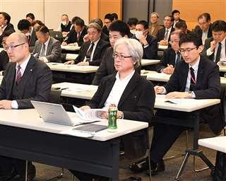 秋田市で開かれた士業向け勉強会で講師の話に聞き入る参加者たち