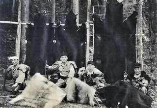 祖父の辰五郎(左)と父の金作(左から3人目)=昭和30年ごろ