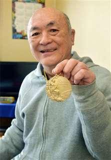 金メダルを手に笑顔を見せる柳田さん
