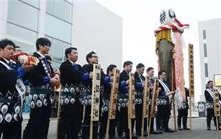 大曲商工会議所の職員に梵天を披露する昭和54年会の男性たち。今月26日の奉納まで巡行を続ける=14日