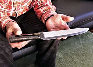 鈴木家に伝わる国重要有形民俗文化財のナガサ。筒状の柄に棒を差すと「やり」になる