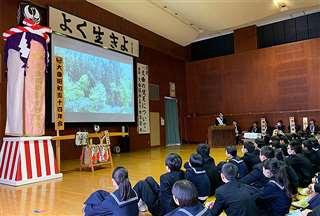 大曲中の2年生に梵天行事の流れや意義を伝える昭和54年会会員=1月28日