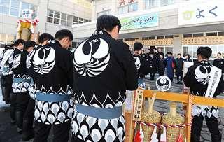 横手市出身の仲間、佐藤さんがデザインした「飛鳥」のはんてんを着る昭和54年会会員