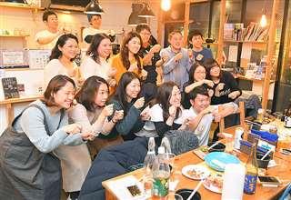 チームババヘラの1周年記念イベントで、楽しそうに記念撮影する参加者=1月11日、東京・浅草橋のゲストハウス
