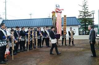 小山田さん(右)の前で梵天を披露する昭和54年会会員
