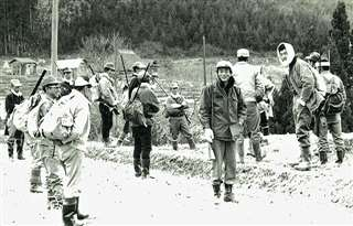 猟に出るため集まった仲間たち=昭和40年代の終わりごろ