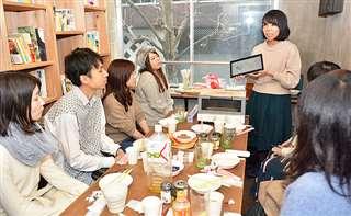 秋田に関心がある首都圏の若者たちが集まり、語り合ったイベント。右奥は企画した秋田女子ぃーず代表の長澤さん=1月12日、東京・日本橋