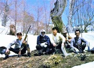 山中で仲間と一休み(右から3人目)=昭和51(1976)年4月