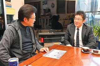 松橋さん宅で遺骨搬送やその後の墓掃除について報告する成田さん(右)=1月9日、東京・新宿区