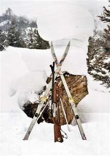 深い雪の上を歩くときに使うスキー。中央は猟用の自動銃