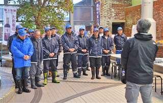 17日にかまくら館で行われた詰め所閉所式に臨む職人たち。暖冬少雪の中、職責を果たした