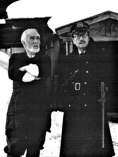 西村さん(左)と伴さん。映画「マタギ」撮影の合間に