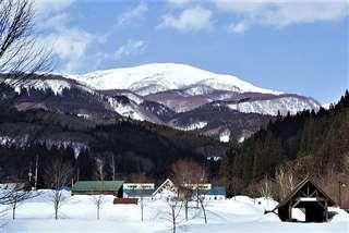 中村登山道の手前から森吉山を望む