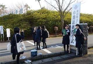 記念写真を撮る卒業生=1日、にかほ市の仁賀保高校