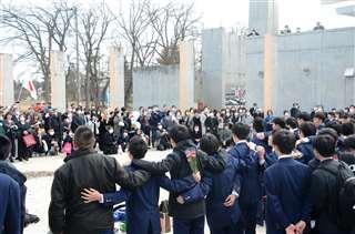 肩を組み、保護者に向けてサプライズの合唱を披露する平鹿中の3年生たち