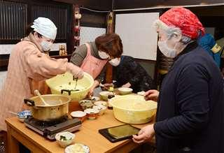 手際よく炊き出しの食事を盛り付ける船越婦人会メンバー=3月2日、男鹿市船越