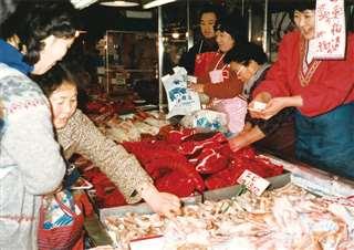 正月用品が並ぶ市場の魚売り場=昭和56年12月末