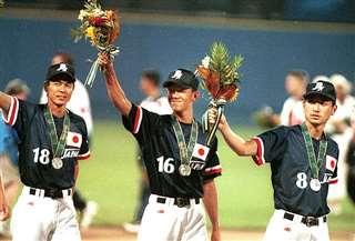 決勝を戦った後、銀メダルを胸に声援に応える小野さん(中央)
