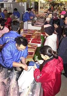 改築オープン直後の秋田市民市場。大勢の買い物客でにぎわう=平成14(2002)年12月5日