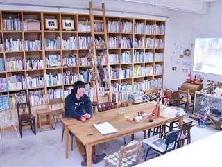 美郷町の澁谷デザイン事務所。壁一面の本棚がひときわ存在感を放つ