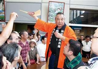 解体マグロの競りで自らマイクを握る=平成24年6月、組合設立50周年記念祭
