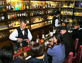 秋田市大町の「カクテル&ウイスキー レディ」。繁華街・川反で、半世紀以上にわたり愛されている=3月28日