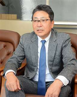 「今までにない苦境を迎えている」と語る佐々木会長=秋田市八橋の県自動車会館