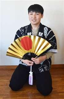 はんてんを着て扇子を手にする太郎さん=19日、秋田市