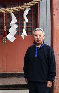 竿燈まつりでは町内の集会所となる満光稲荷神社に立つ介川さん=25日、秋田市大町