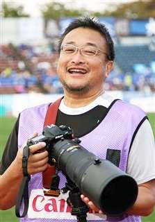 スタジアムで選手の写真を撮り続けている菅原さん(BB秋田提供)