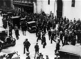 世界恐慌に見舞われたアメリカ・ニューヨークのウォール街=1929年10月(ロイター=共同)