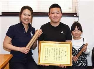 共和町竿燈会の(左から)相澤翔子さん、琉成さん、菫さん