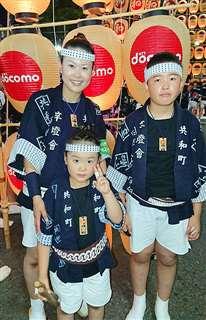 昨年8月の竿燈まつりに参加した相澤翔子さん(左)と長男の琉成さん(右)、長女の菫さん。菫さんの指にはテーピングが巻かれている=秋田市の竿燈大通り(相澤さん提供)