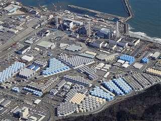 敷地内に巨大なタンクが並ぶ東京電力福島第1原発=2月21日(共同通信社ヘリから)