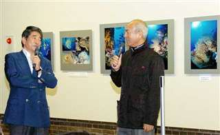 岡本さん(左)とブルーホールで=平成23(2011)年5月