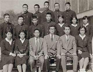 演劇部のメンバーと(後列左から2人目)