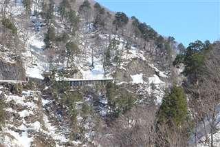 雄勝から鬼首峠に向かう国道108号の旧道。現在は使われていない=今年3月
