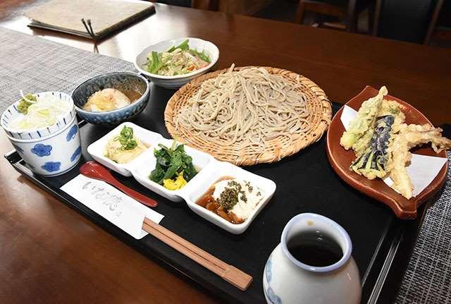 手打ちそばと山菜、野菜の天ぷらを楽しめるお昼のそばセット