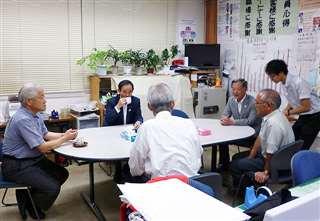 義偉さん(左から2人目)と道の駅の事務所で(右から2人目)=平成25年7月