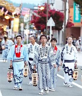 昨年8月の花輪ばやしに参加する阿部さん(中央)