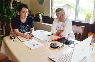 ウェブ会議システムでイベントの打ち合わせをする山本さん(右)と湯沢さん=三種町大口の農園りすとらんてハーベリー