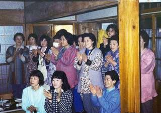 自宅に設けた選挙事務所に駆け付け、初当選を祝う新関集落の人たち=昭和63年