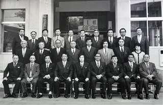 昭和63年当選の十文字町議会議員ら(後列左から5人目)