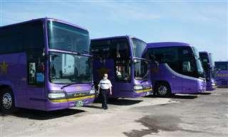 利用を待ち車庫に並ぶ工藤興業の大型バス=秋田市四ツ小屋
