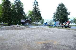 小坂町の新たな観光拠点施設の建設場所。奥には十和田湖の水面が見える