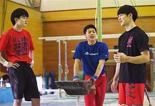 練習の合間に演技について話し合う(左から)佐々木、渡辺、芳賀