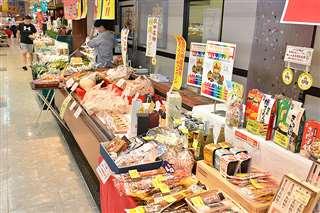 稲庭うどんやきりたんぽなどを販売している秋田まるごと市場=秋田市卸町