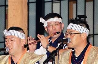 昨年の盆踊りで横笛を奏でる和賀さん(中央)