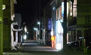 鹿角パークホテルに近い飲食店街の夜の風景。ホテルの事業停止の影響が懸念されている=6月8日撮影