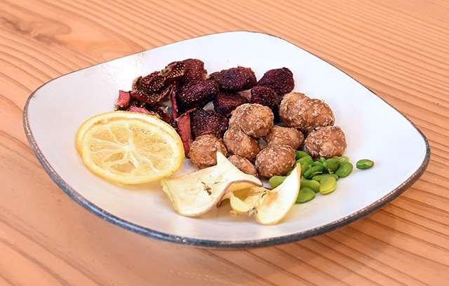 こだわりの黒糖を使った「黒糖マカダミア」や、県産果物を加工したドライフルーツ